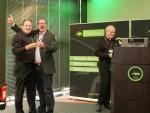 Peter Johnson freut sich sichtlich über die Preisverleihung (mit Guido Heitmeier und Laurence O'Brien von GWAVA)